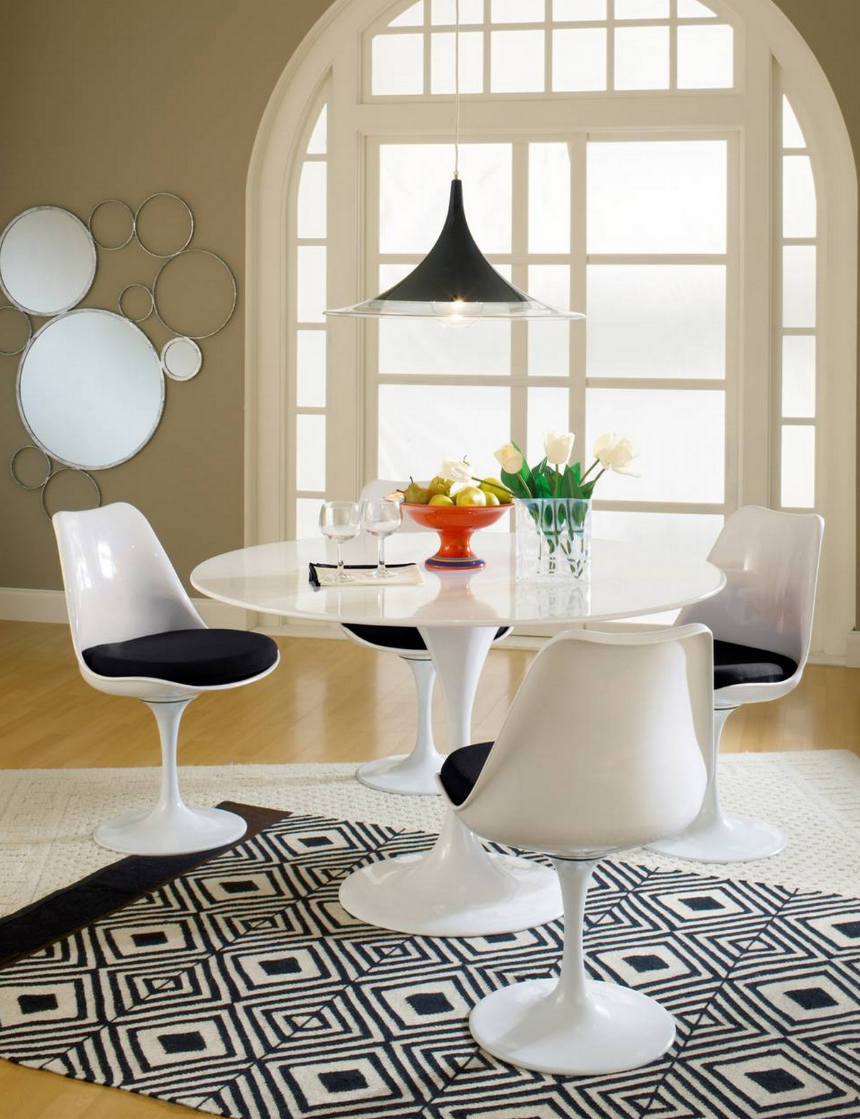 tulip-chair-scene-black