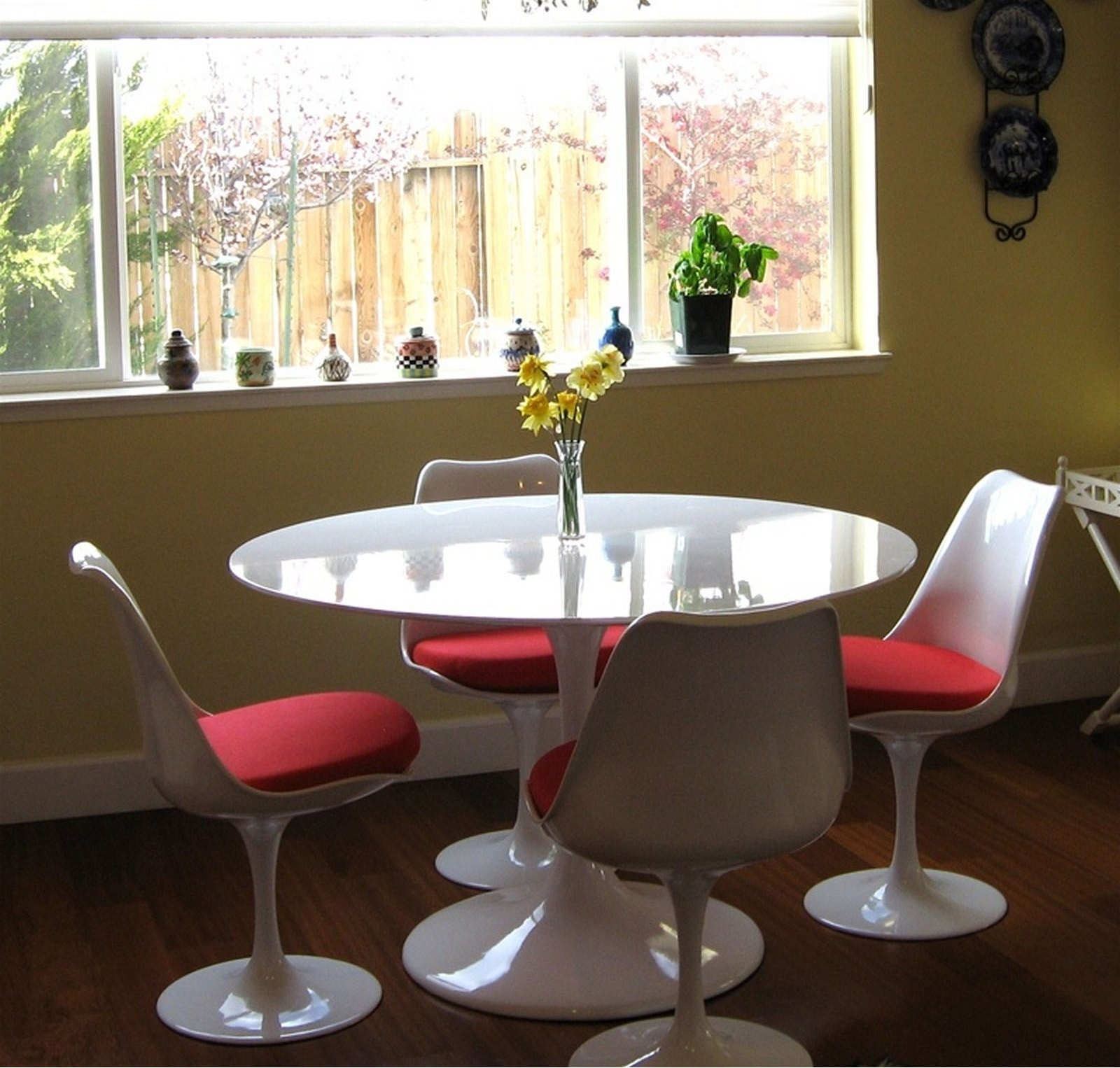 Anabel 36in Fiberglass Dining Table1